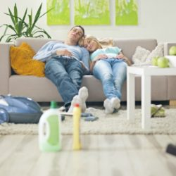 Как почистить диван дома